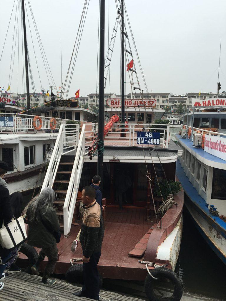 ベトナム 観光 ハロン湾 クルーズ 乗船