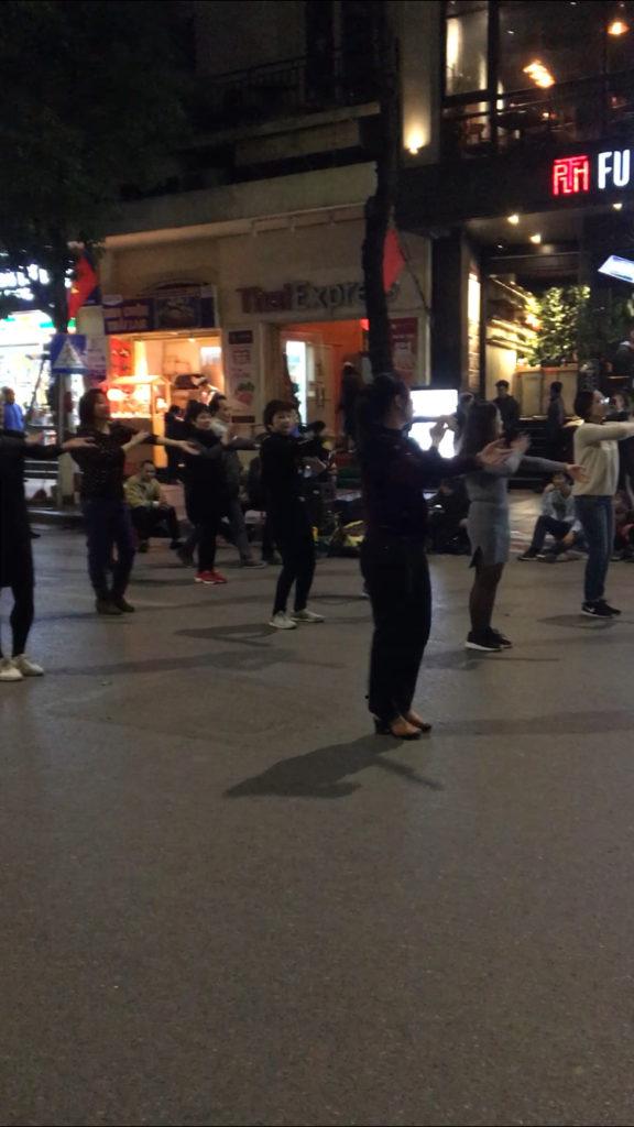 ハノイ ベトナム 夜市 ダンス 買い物