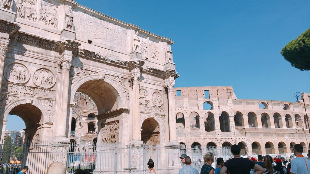 コンスタンティヌスの凱旋門 コロッセオ ローマ