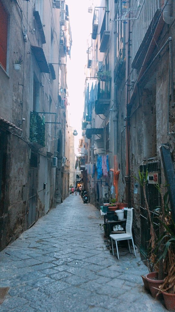 ナポリ 散歩 路地