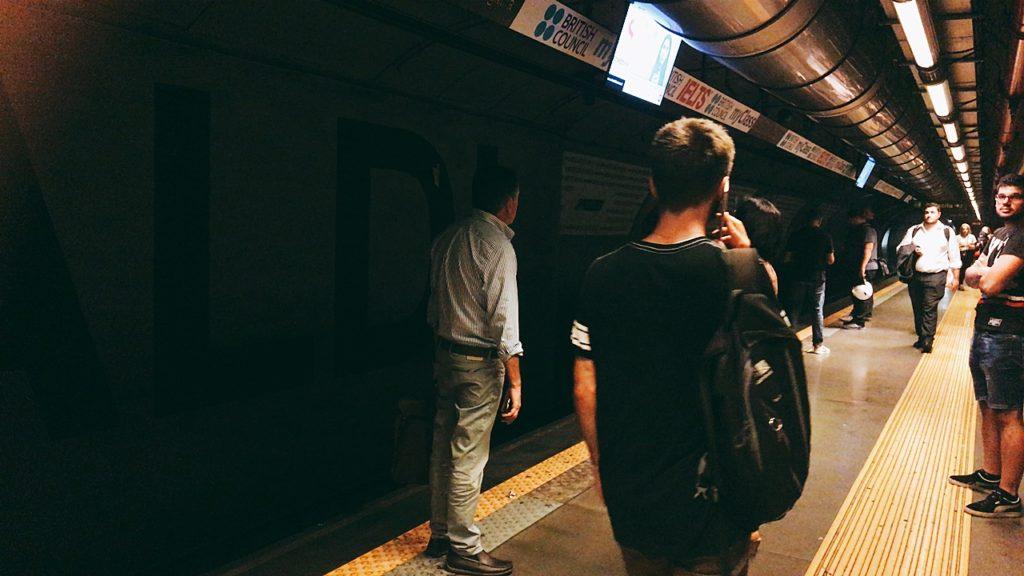 ナポリ 地下鉄 ホーム