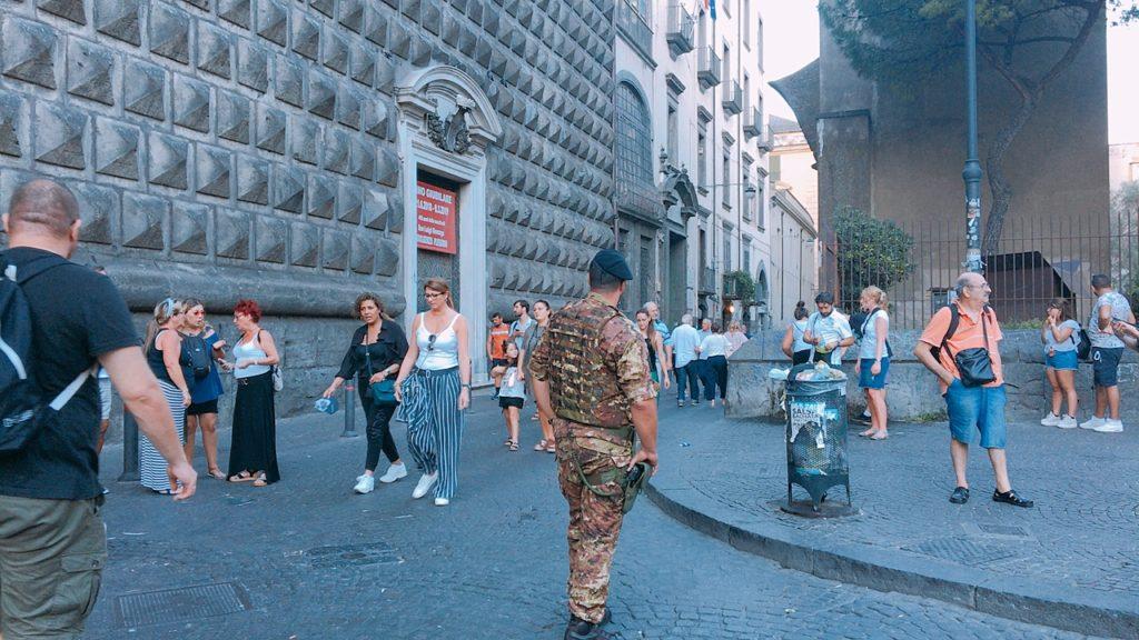 ナポリ 観光 警察 警備 ジェズ・ヌオーヴォ教会