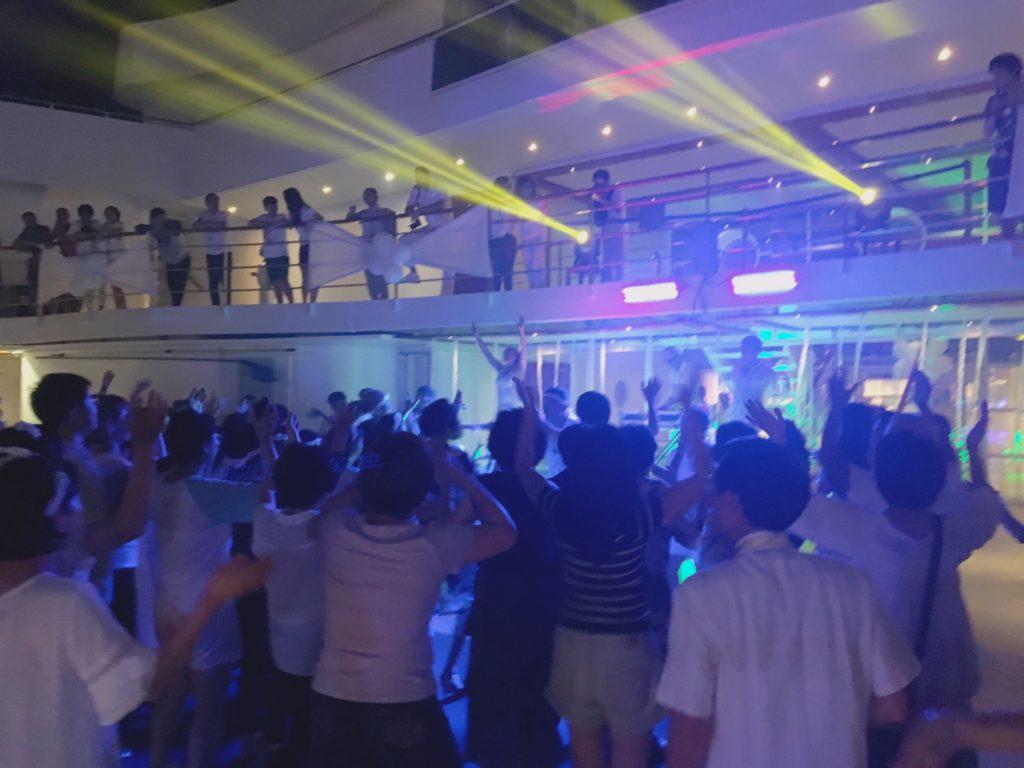 コスタクルーズ ホワイトナイト ダンス 踊る 白 衣装 服装