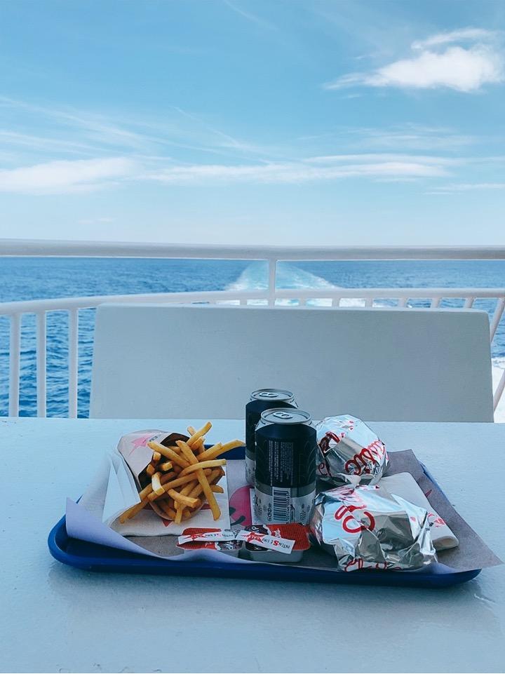 ブルースターフェリーズ 船内 ランチ ハンバーガー