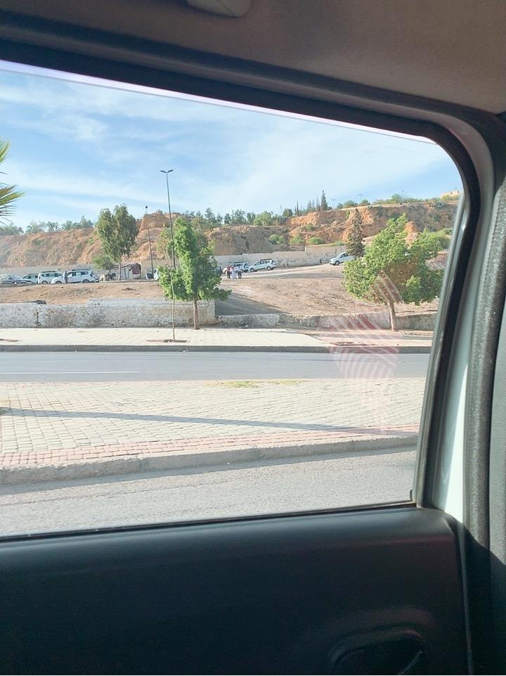 モロッコ フェズ 空港 旧市街 タクシー 車内