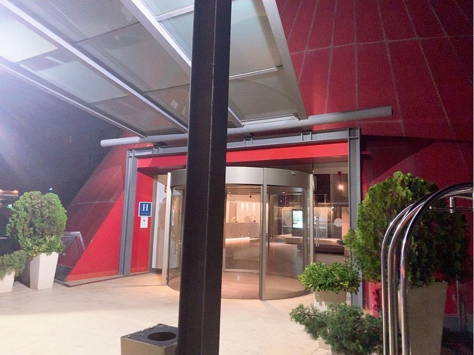 スペイン バルセロナ 空港 周辺 フロント おしゃれ BAH バスセロナエアポートホテル トランジット 宿泊