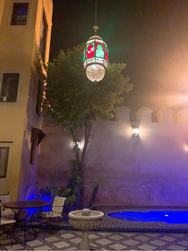 モロッコ フェズ リヤド 宿泊 フロント プール 夜