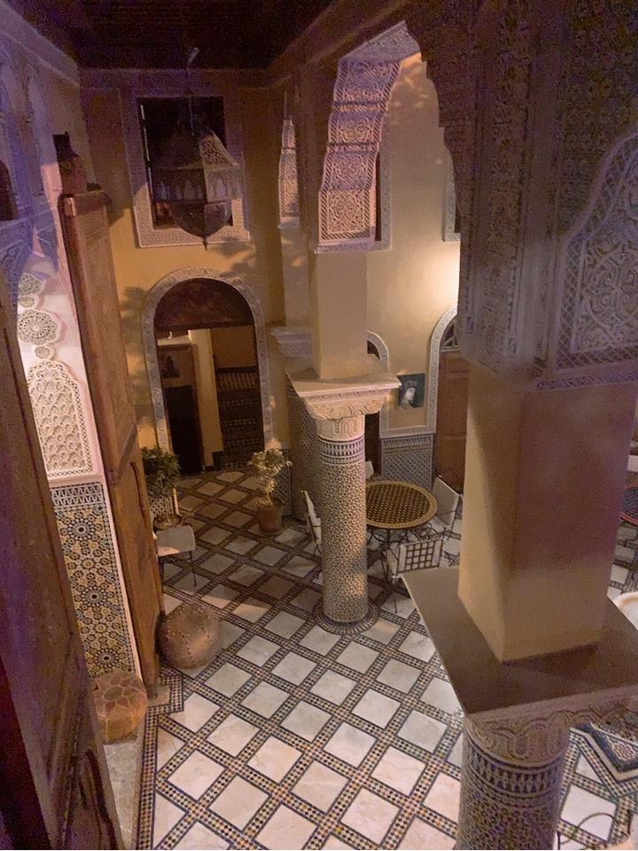 モロッコ フェズ リヤド 宿泊 ホテル フロント 夜