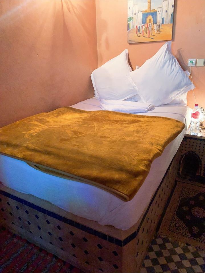 モロッコ フェズ リヤド 宿泊 ベッド 部屋