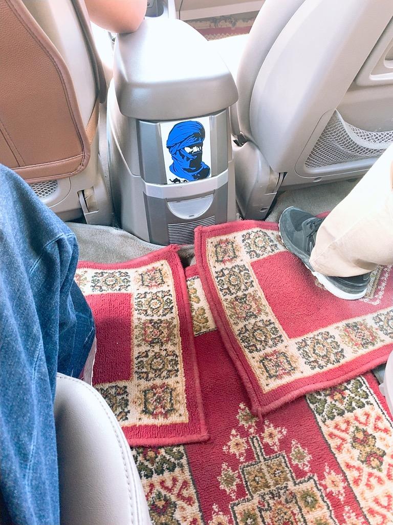 モロッコ フェズ ホテル 空港 移動 タクシー 車内 絨毯
