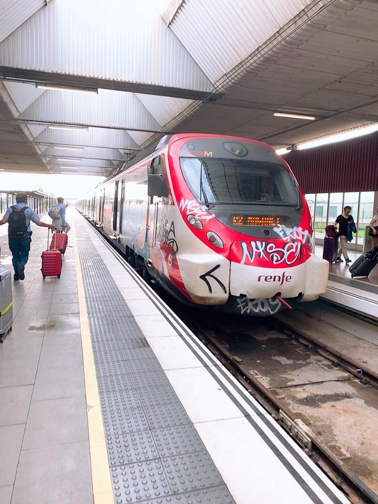 バルセロナ空港 メトロ 市内 乗り場 renfe 電車