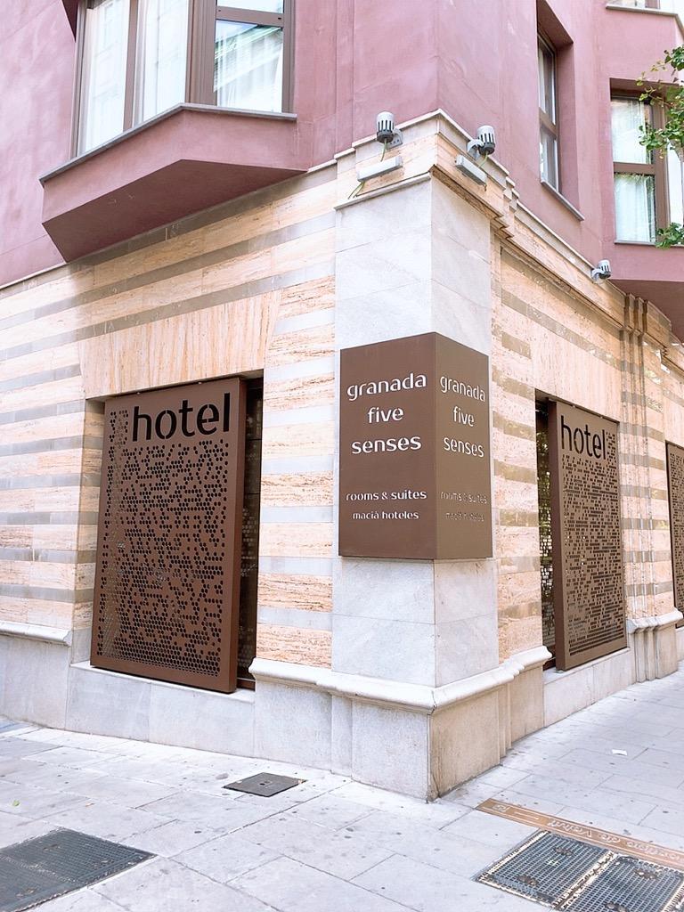 スペイン グラナダ ホテル 入口 看板 グラナダ ファイブ センス ルーム&スイート Hotel Granada Five Senses Rooms & Suites