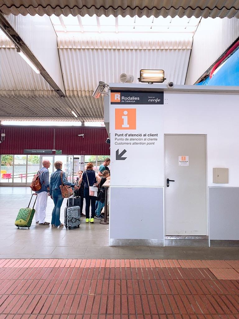 バルセロナ空港 メトロ 市内 乗り場 renfe チケット売り場