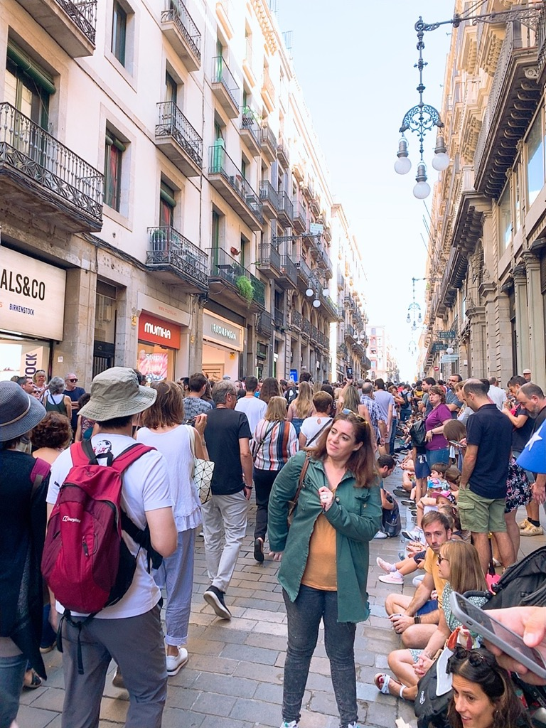 Gigantes ヒガンテス 巨大 人形 パレード スペイン お祭り バルセロナ 場所取り