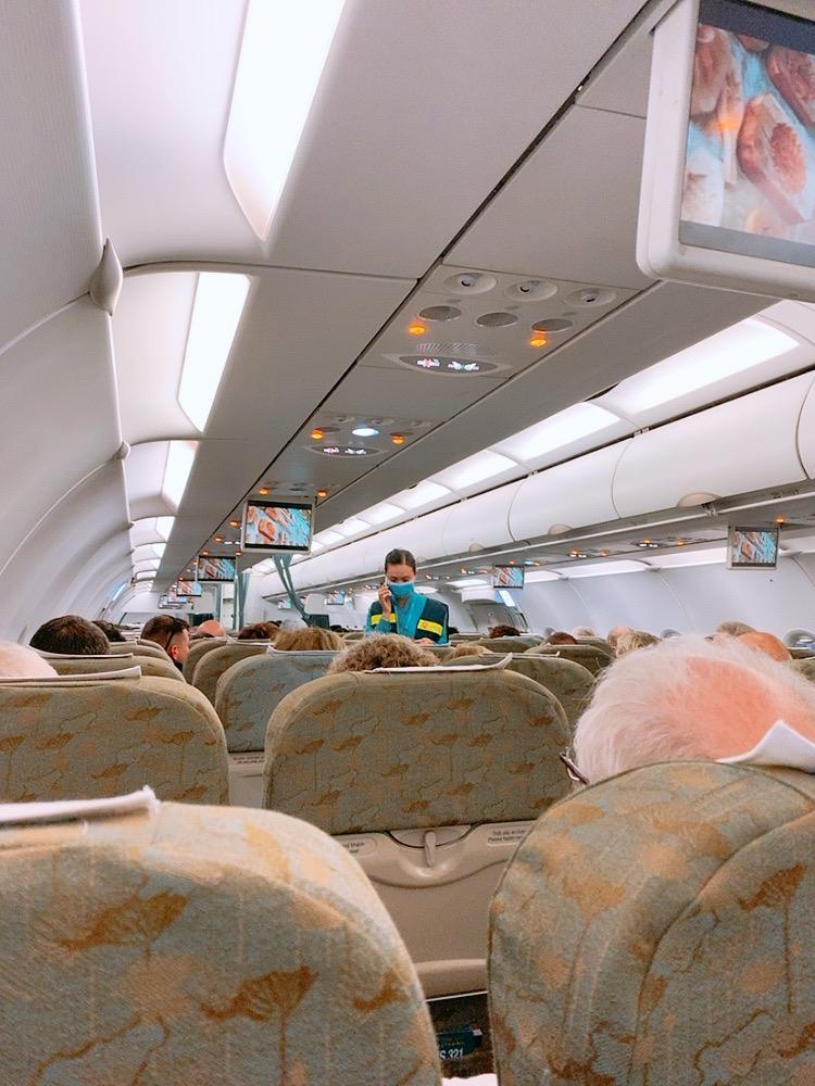 ノイバイ空港 国内線 機内 ベトナム航空