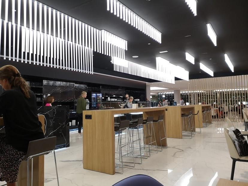 バルセロナ エルプラット空港 ラウンジ 上級会員 プライオリティパス 椅子 カウンター テーブル