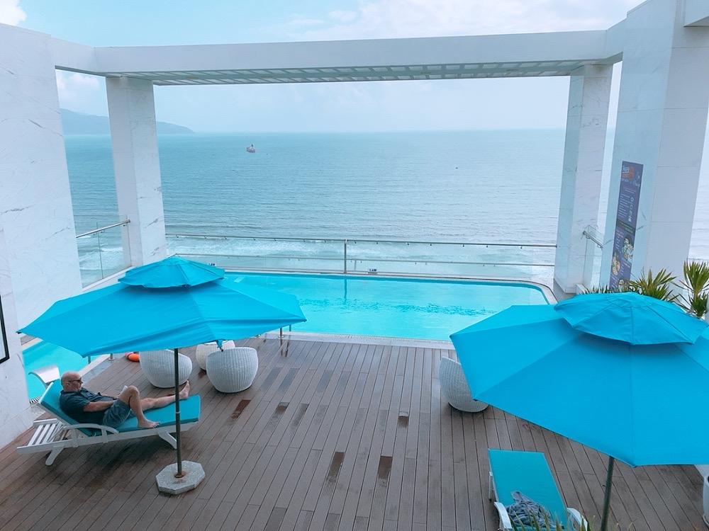 ダナン おすすめ ホテル ミーケビーチ ビーチ沿い ルーフトッププール バー